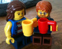 muñequitos de lego con su taza de café